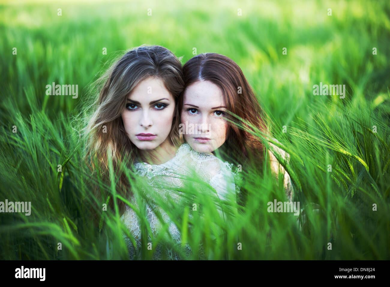 Zwei Frauen sitzen im Kornfeld Stockbild