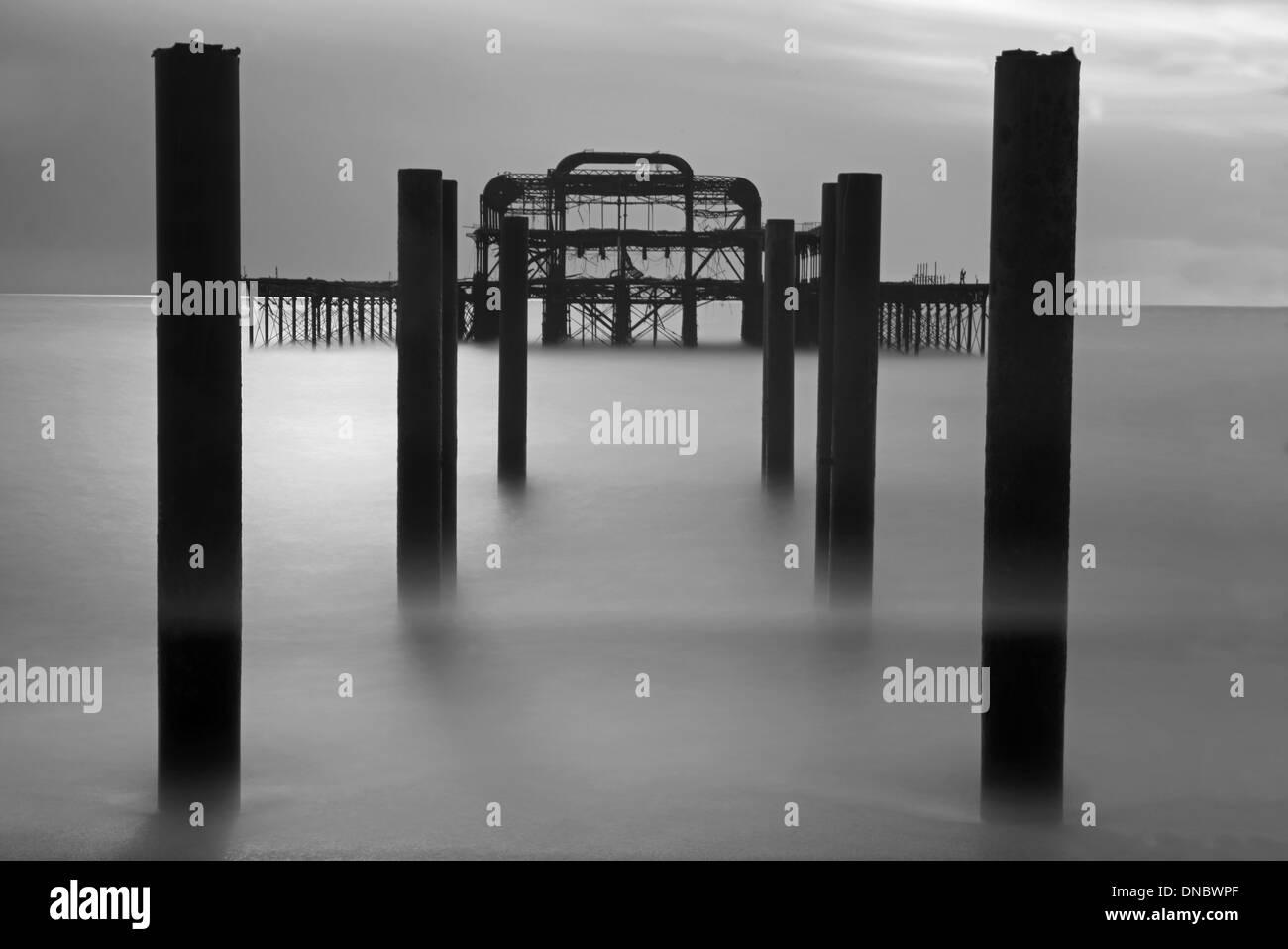 Die Überreste der West Pier, Hove, East Sussex, England, Uk. (Schwarzweiß) Stockbild
