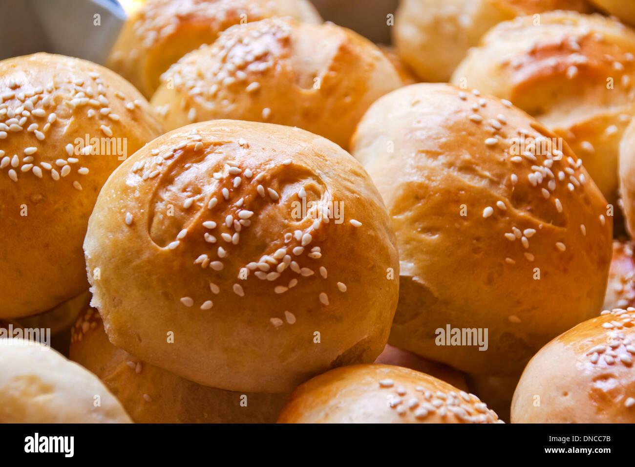Sesam-Samen bedeckt Brötchen bereit für Essen Stockbild