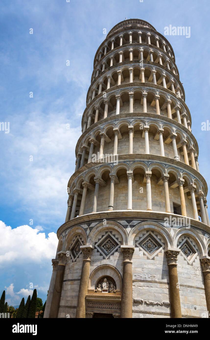 Niedrigen Winkel Ansicht eines Turms, der schiefe Turm von Pisa, Piazza Dei Miracoli, Pisa, Toskana, Italien Stockbild