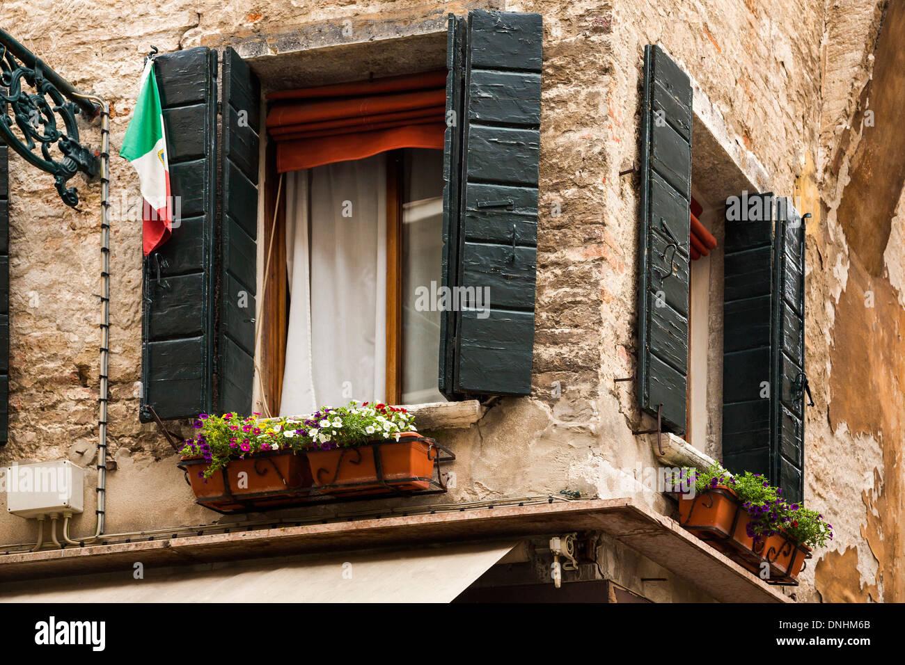Niedrigen Winkel Ansicht einer Fenster-Box, Venedig, Veneto, Italien Stockbild