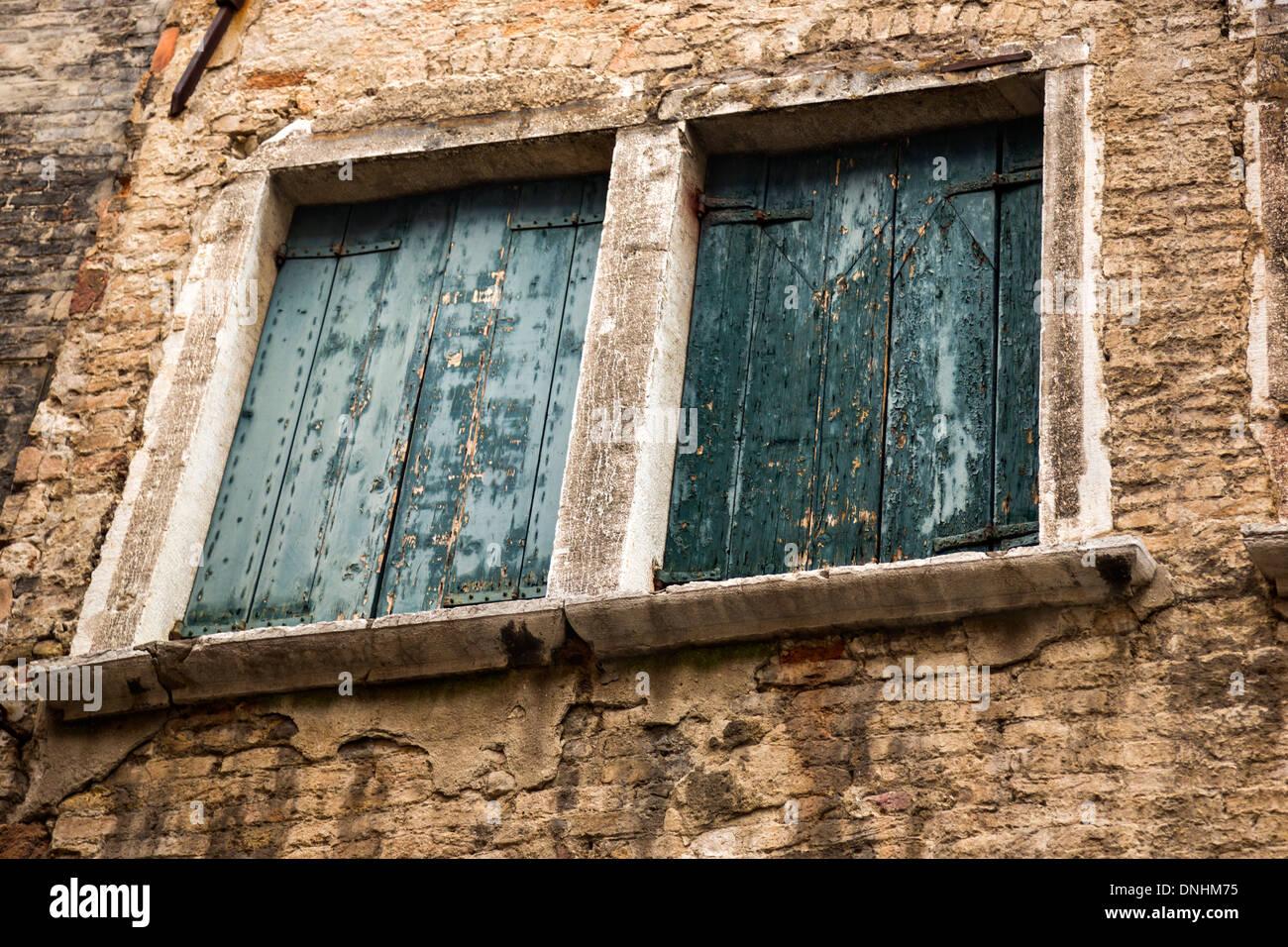 Niedrigen Winkel Ansicht der Fenster eines Gebäudes, Venedig, Veneto, Italien Stockbild