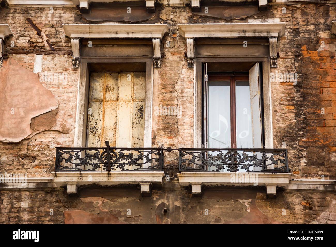 Niedrigen Winkel Blick von Balkon eines Gebäudes, Venedig, Veneto, Italien Stockbild