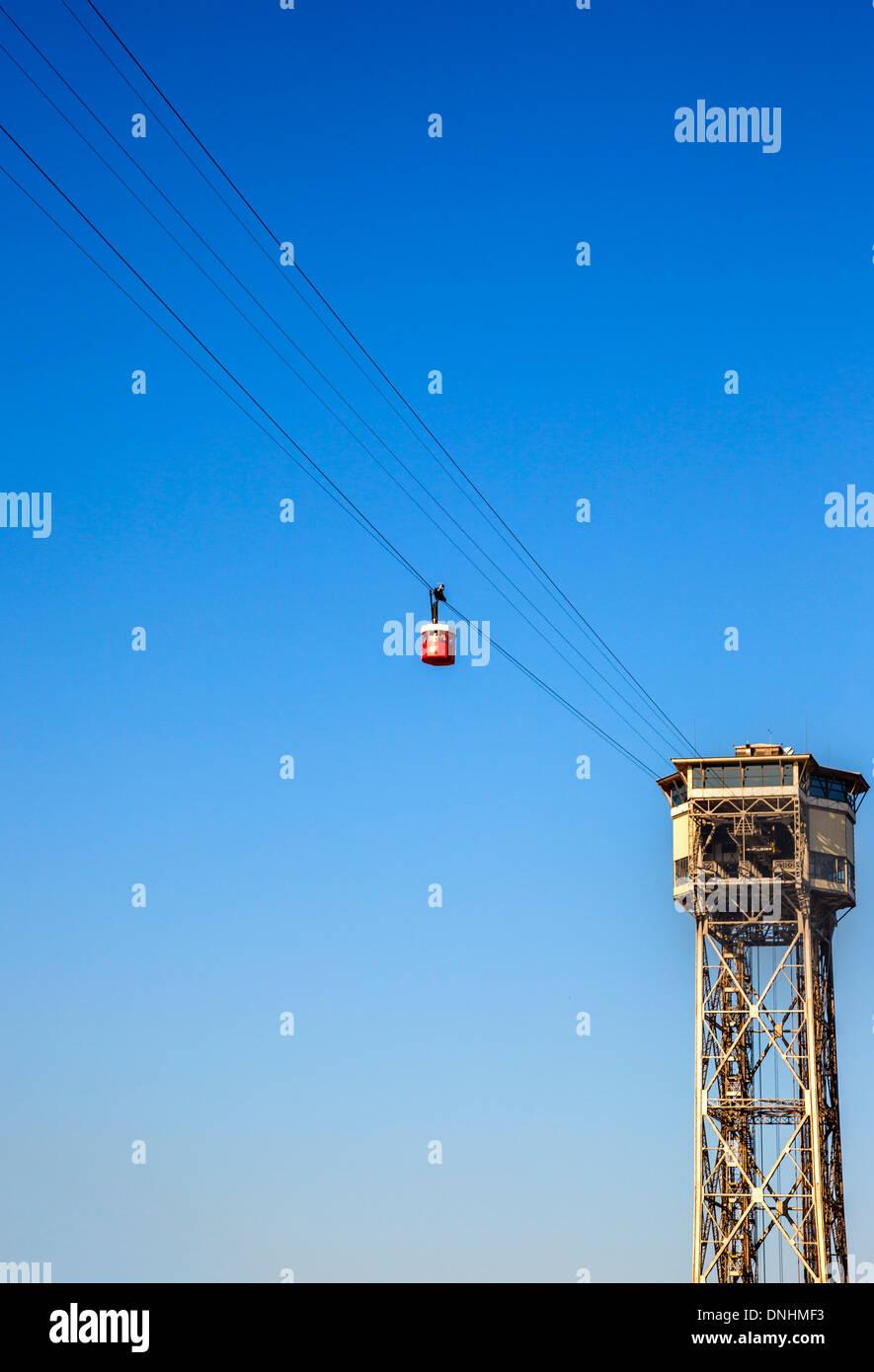 Niedrigen Winkel Ansicht der Seilbahn, Barcelona, Katalonien, Spanien Stockbild
