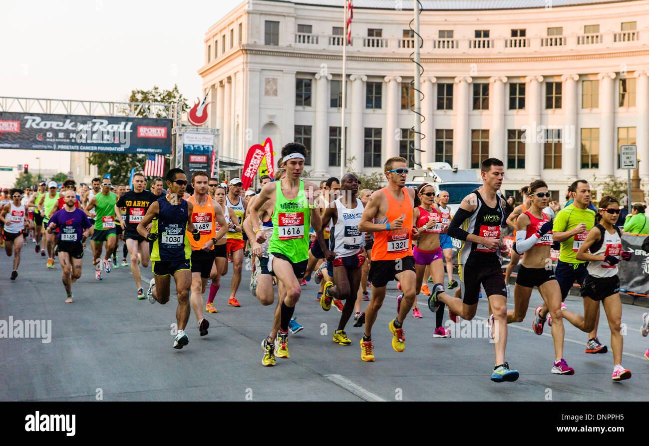 Läufer in die Sports Authority Rock ' n ' Roll Marathon, Denver, Colorado, USA. Spendenaktion für Stockbild
