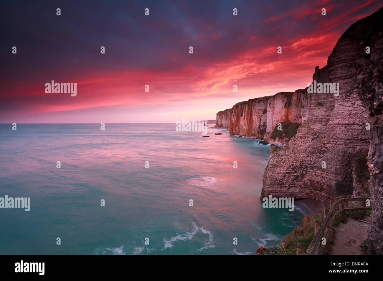 dramatische Sonnenaufgang über dem Meer und Klippen, Etretat, Frankreich Stockbild