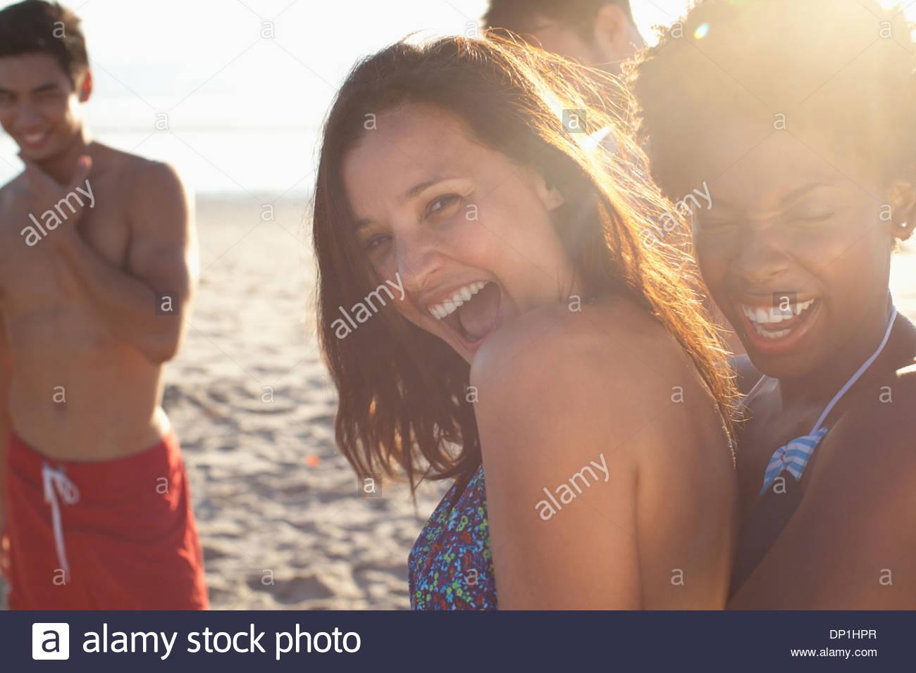 Frauen spielen gemeinsam am Strand Stockbild
