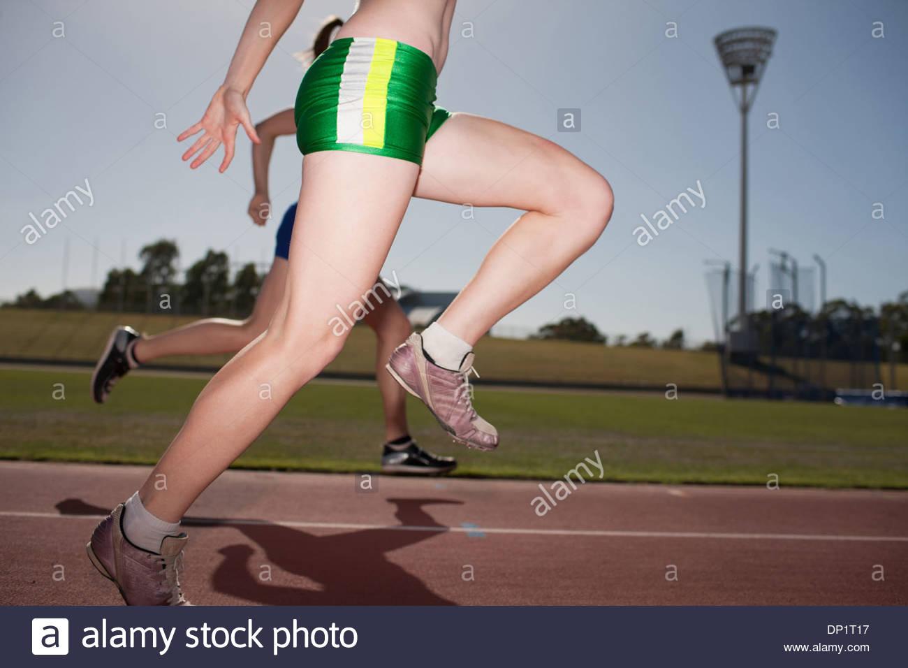 Frauen laufen auf dem richtigen Weg Stockbild
