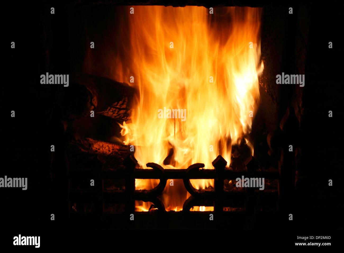 Feuer im heimischen Herdes Hitze Flamme Flammen Heizung Kamin Wärme Feuer Kamin brennen Holz Kohle Hauptfeuer Stockbild