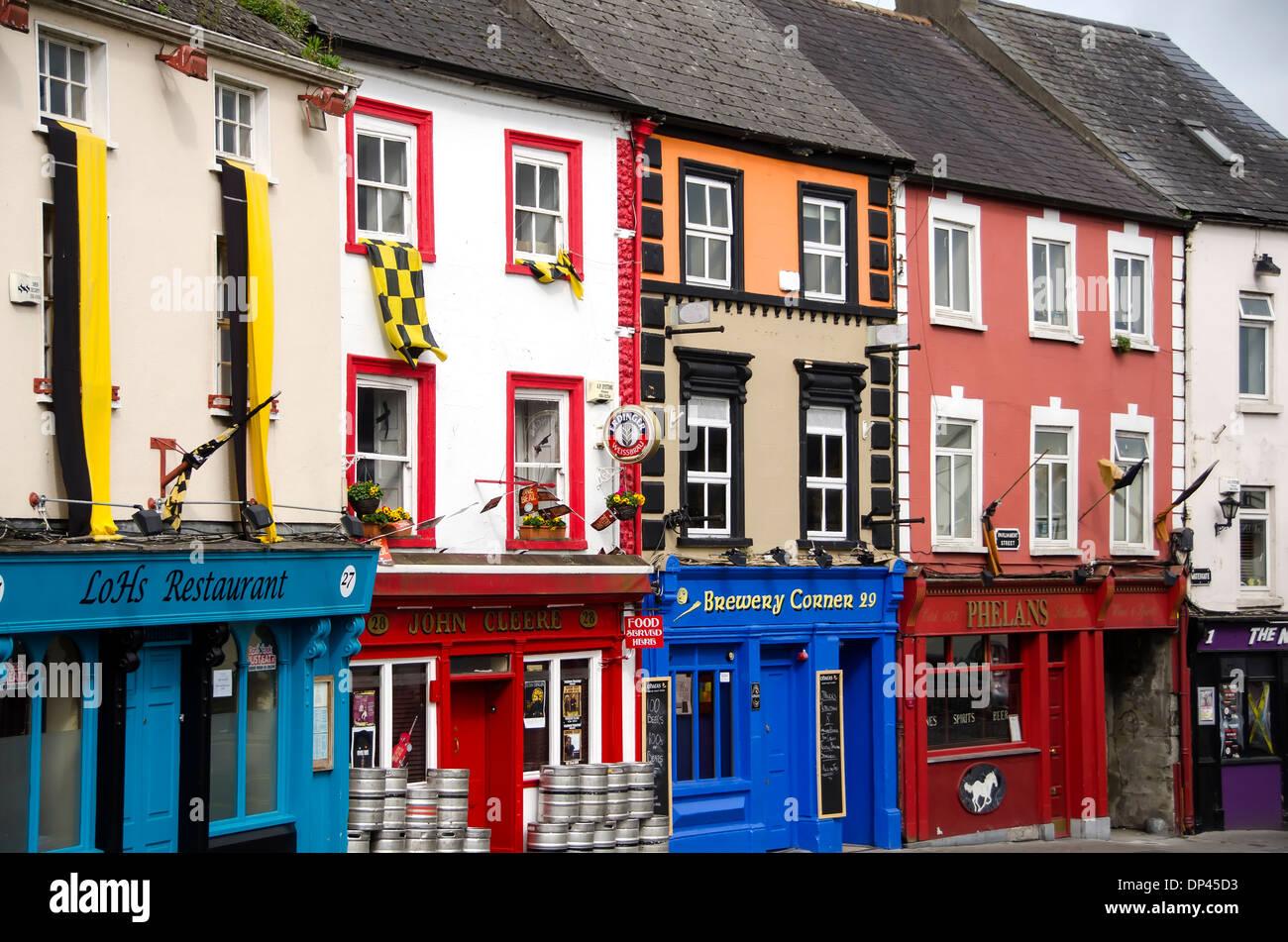 Straßenbild, farbenfrohe Architektur Gebäude Parliament Street, Kilkenny Stadtzentrum, Irland Stockbild