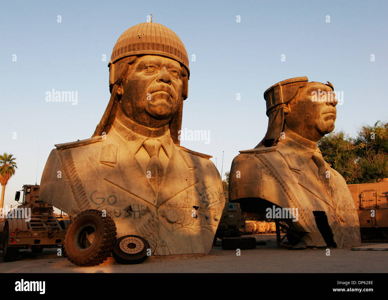 4. Juni 2006; Bagdad, Irak; Gestürzte 20-Fuß-Statuen von Saddam Hussein, genommen von einem der Paläste Stockbild