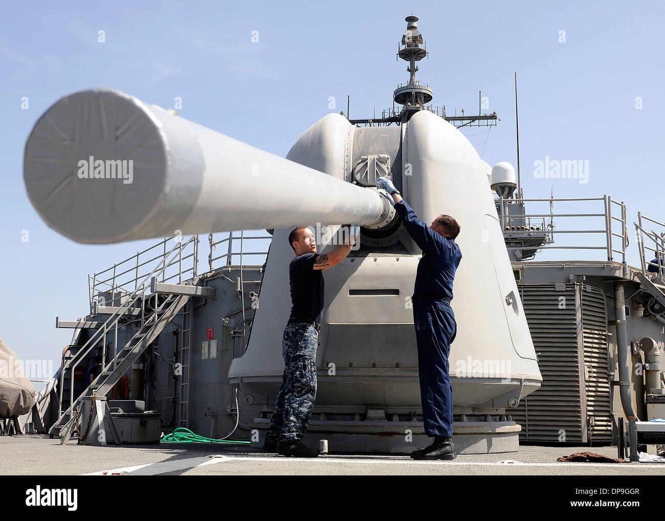 US-Segler Wartungsarbeiten an einer Mk 45 5-Zoll-leichte Pistole auf der USS Bunker Hill Stockbild