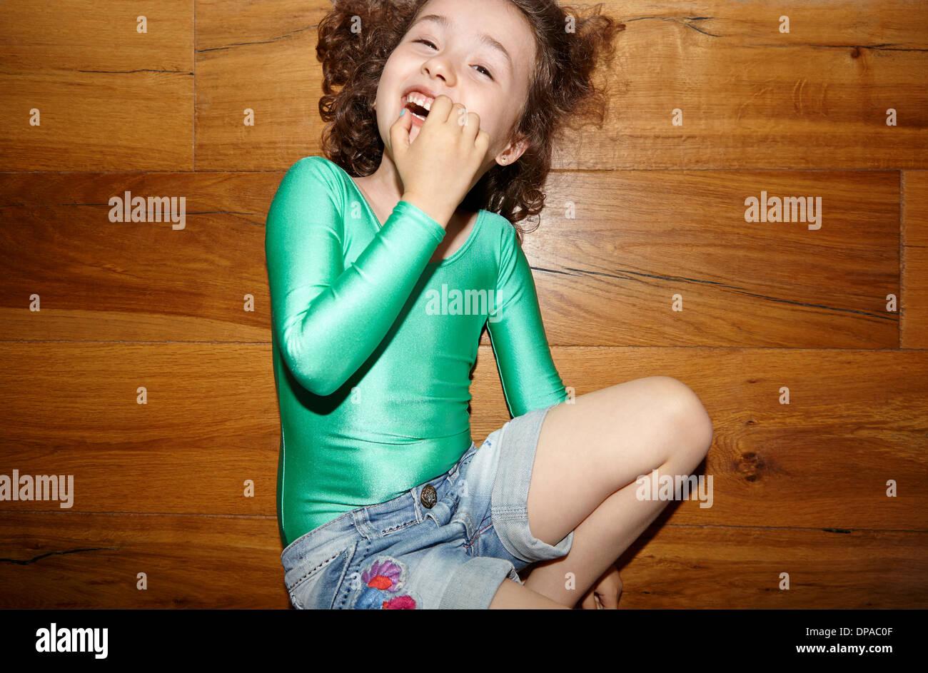 Kind im Stock mit Finger im Mund Stockbild
