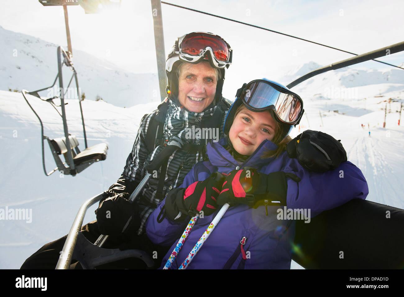 Porträt der Großmutter und Enkelin am Skilift, Les Arcs, Haute-Savoie, Frankreich Stockbild