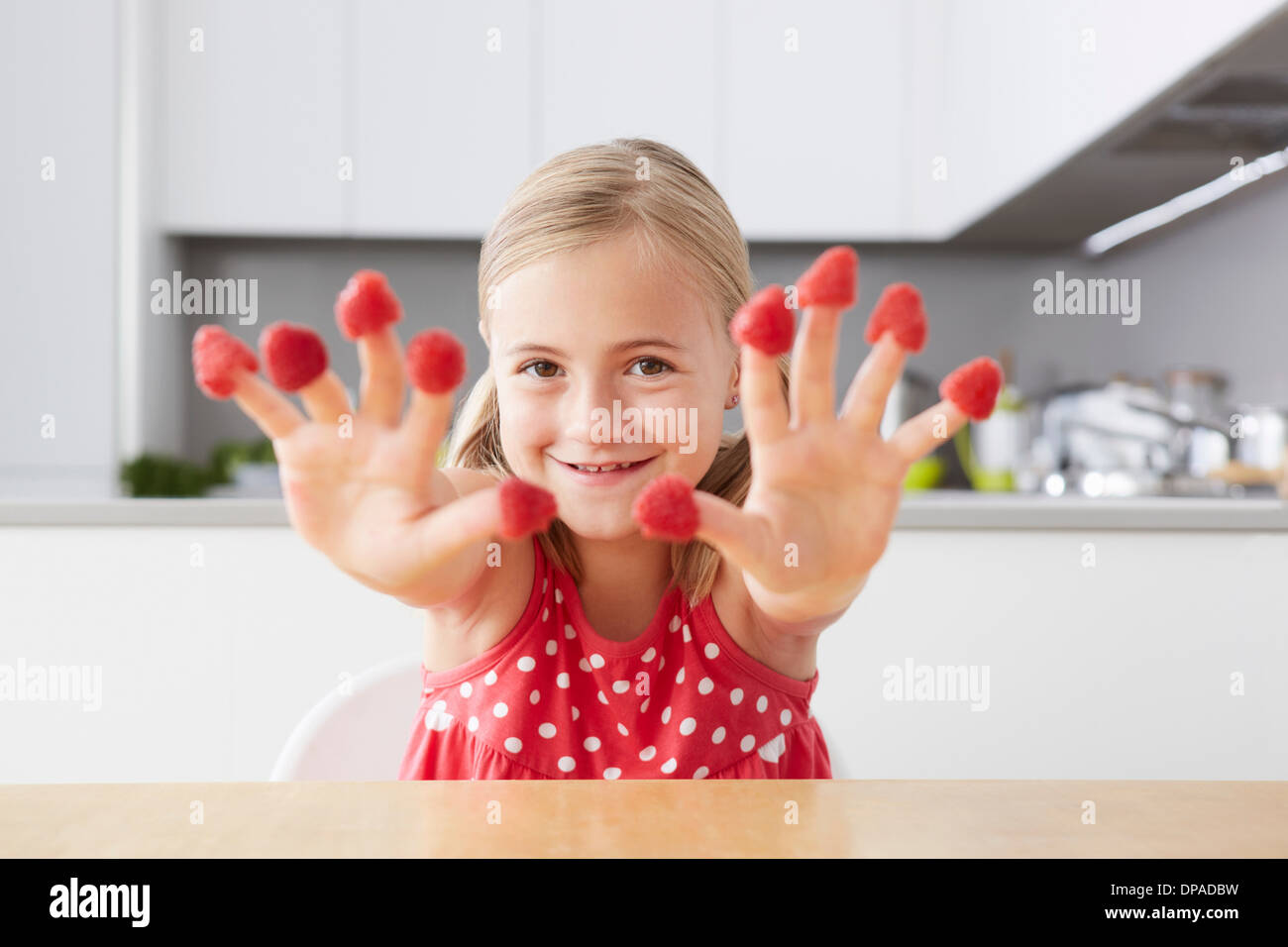 Mädchen Fingern Himbeeren aufsetzen Stockbild