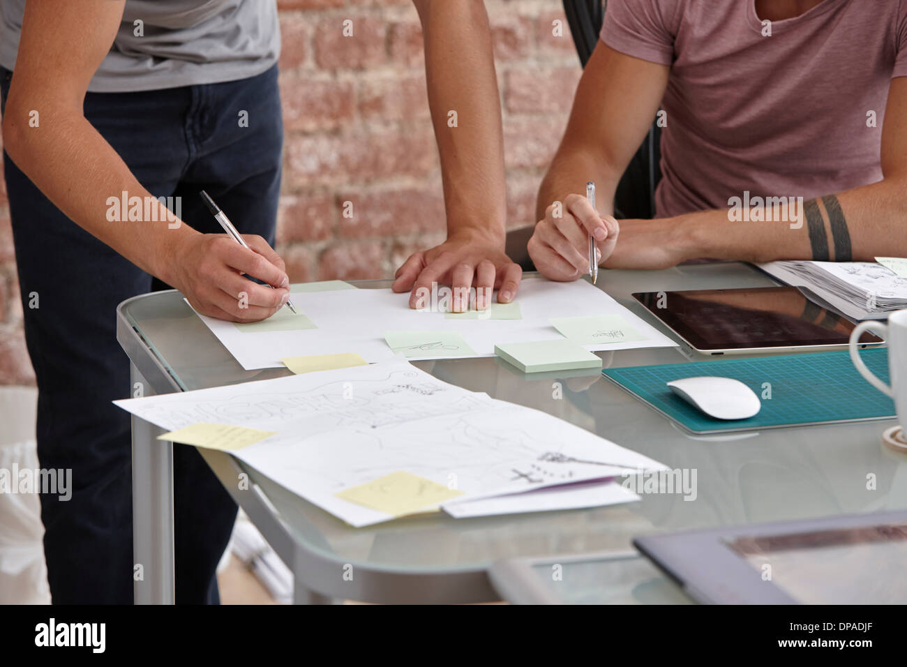 Zwei männliche Kollegen, man Notizen Stockbild