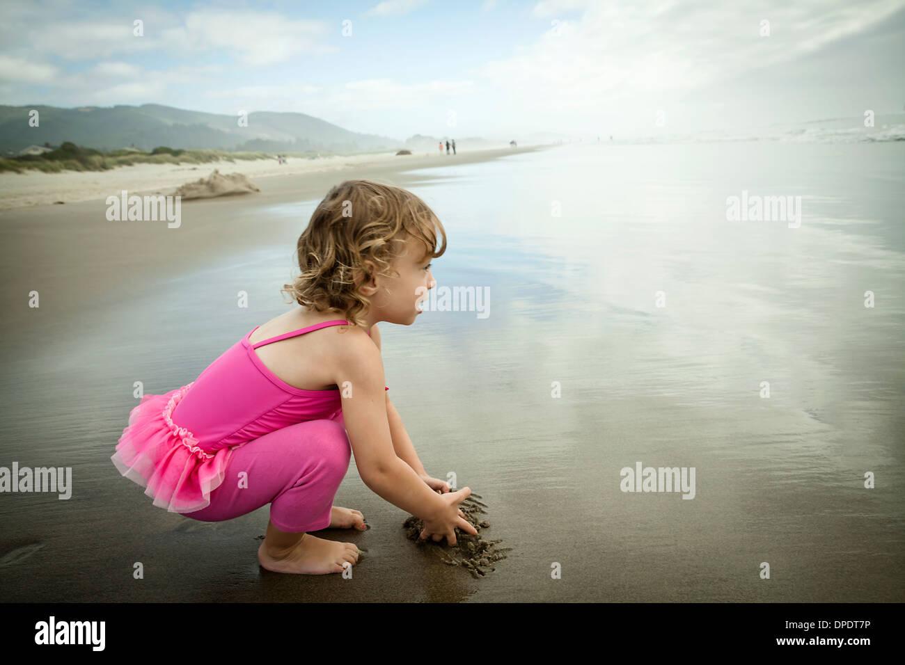 Porträt von weiblichen Kleinkind im Sand spielen Stockbild
