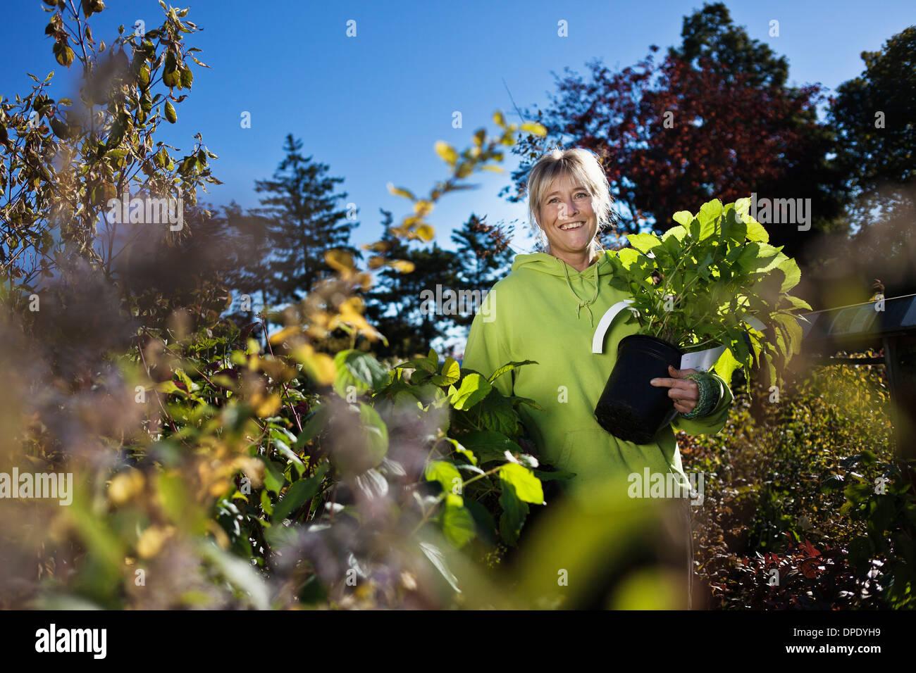 Mitte Erwachsene Frau im Garten Stockbild