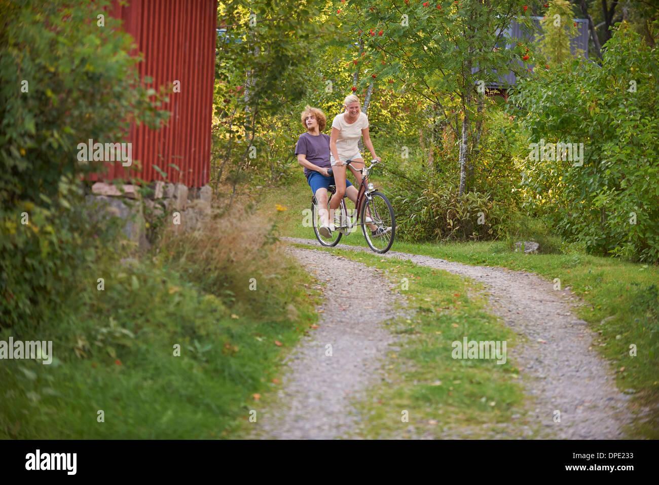 Junge Erwachsene Paare, die Spaß am Fahrrad, Hotels, Schweden Stockbild