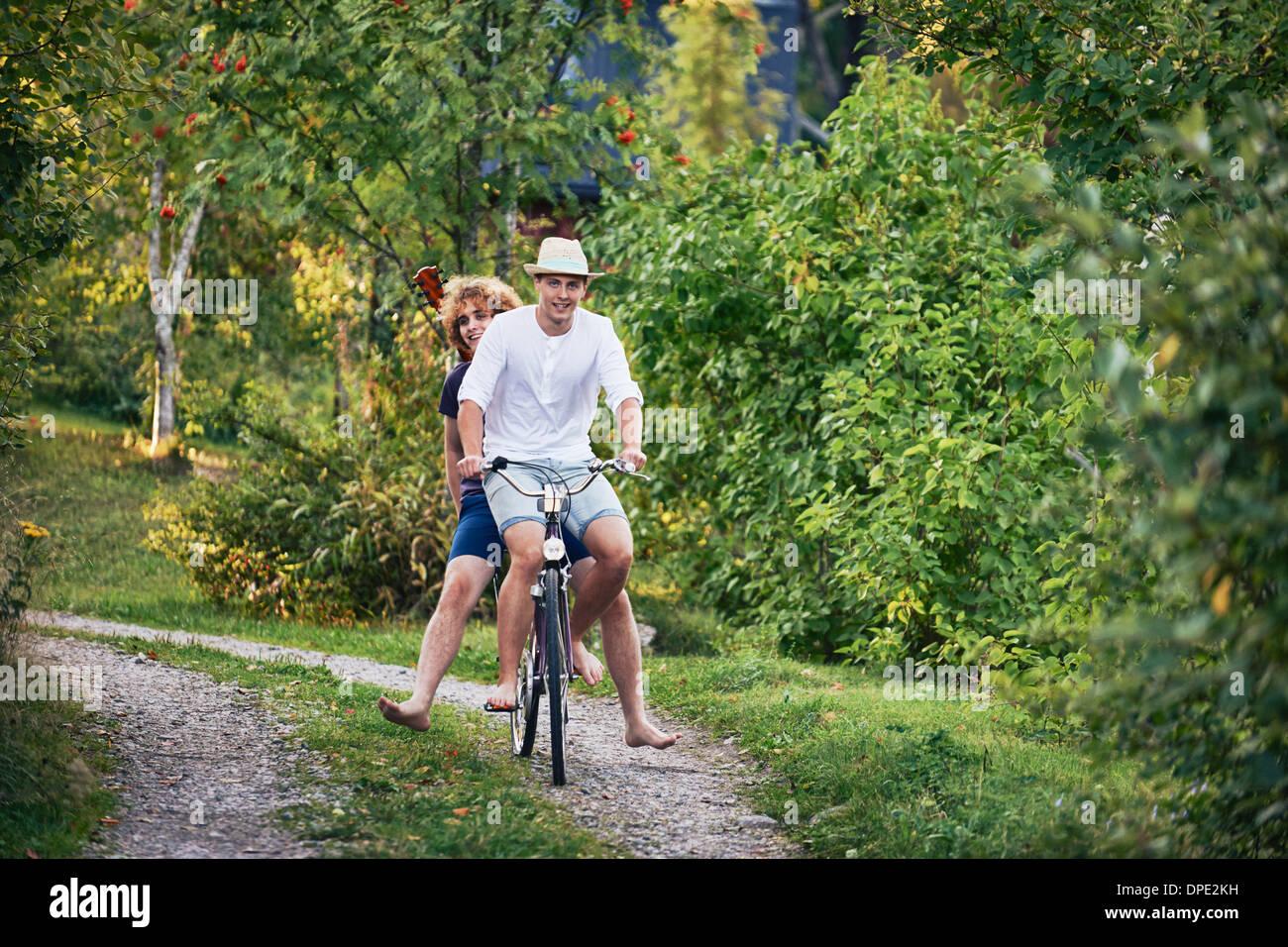Zwei junge Männer mit Fahrrad barfuß, Hotels, Schweden Stockbild