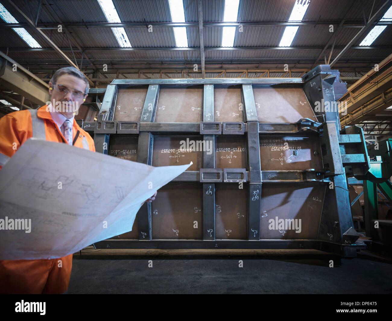 Ingenieur-Inspektion Konstruktionszeichnungen in Fabrik Stockbild