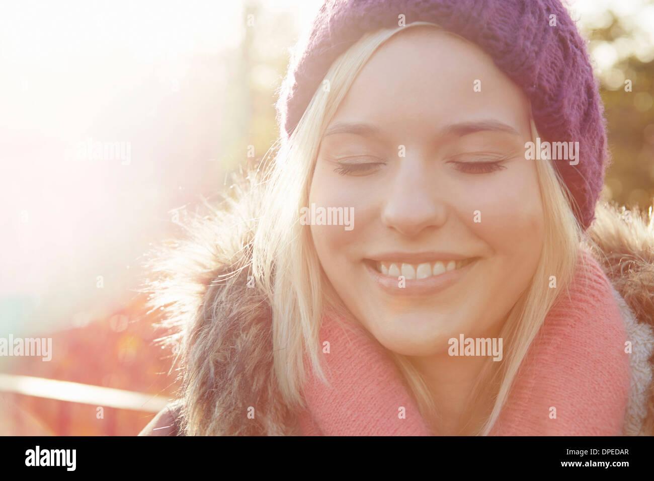 Porträt der jungen Frau mit Stricken Hut, Augen geschlossen Stockbild