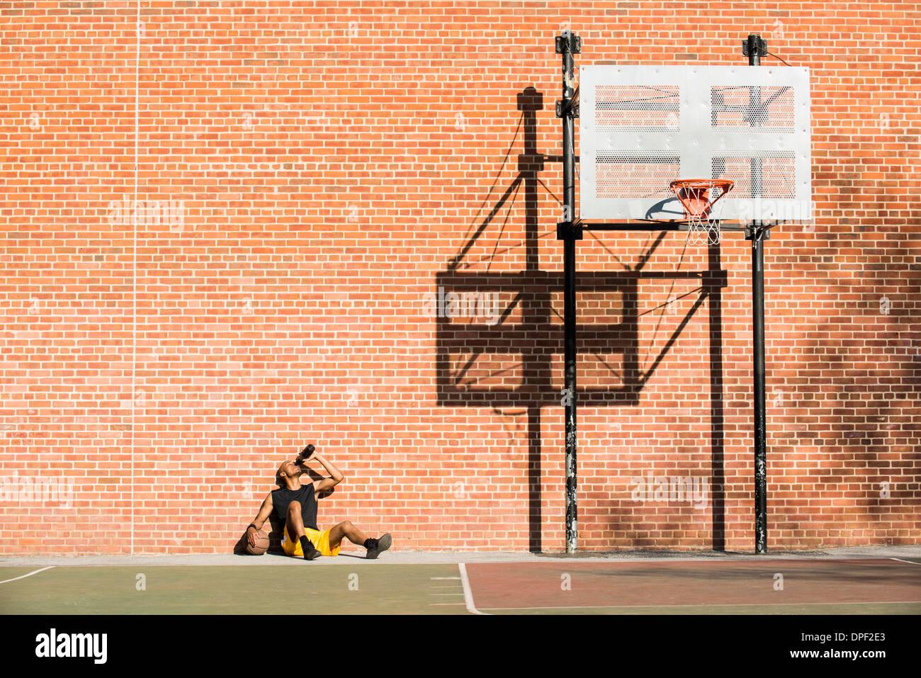 Basketball-Spieler ruht auf Gericht Stockbild