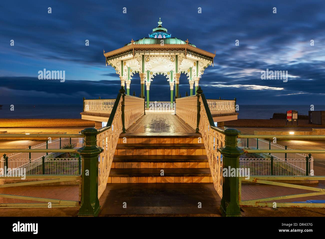 Brighton Musikpavillon beleuchtet in der Dämmerung Stockbild