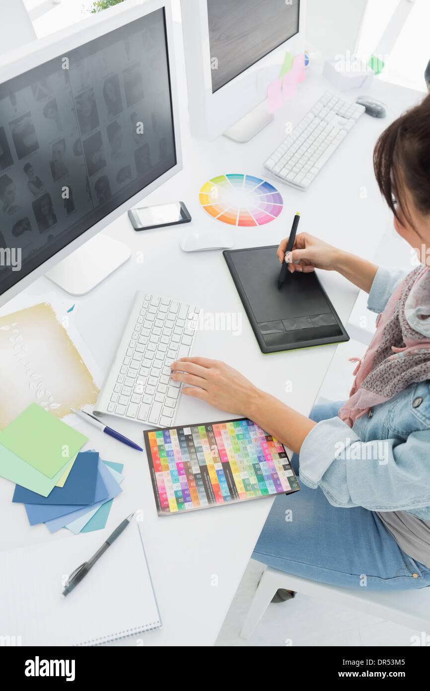 Künstler Zeichnung etwas auf Grafiktablett Stockbild