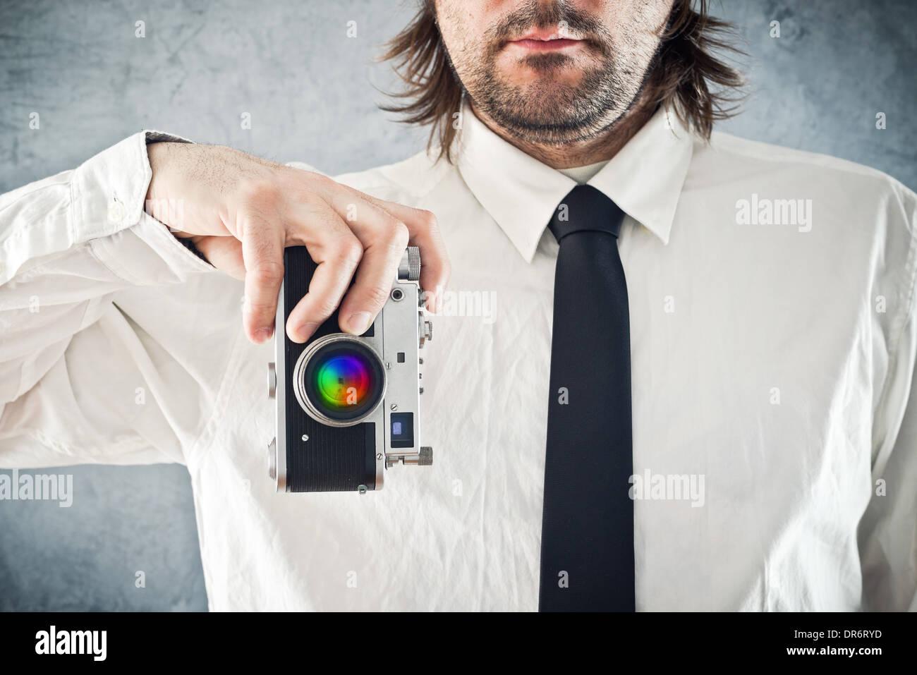 Kaufmann unter Bild mit Retro-Style-Foto-Kamera Stockbild
