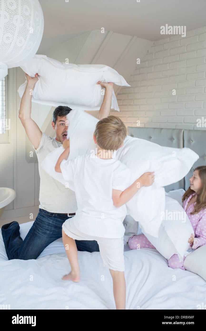 Vater und Kinder, die Kissenschlacht Stockbild