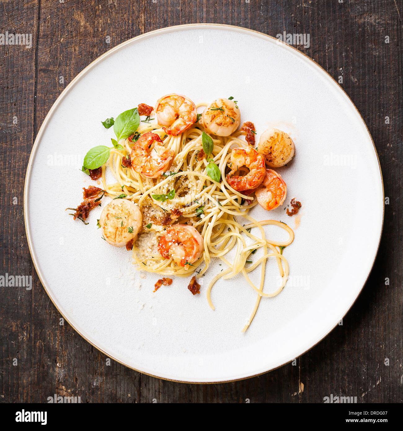 Spaghetti mit Garnelen, Jakobsmuscheln und Basilikum Stockbild