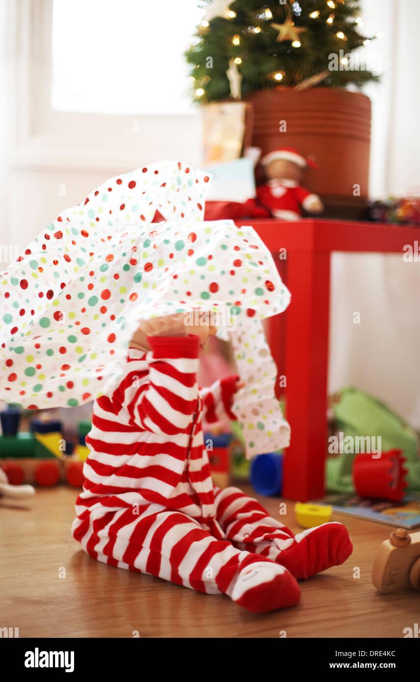 Baby Weihnachtsgeschenke zu öffnen Stockfoto, Bild: 66079200 - Alamy
