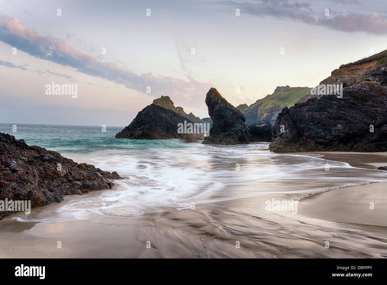 Sonnenuntergang am Kynance Cove Beach auf die Eidechse in Cornwall Stockbild