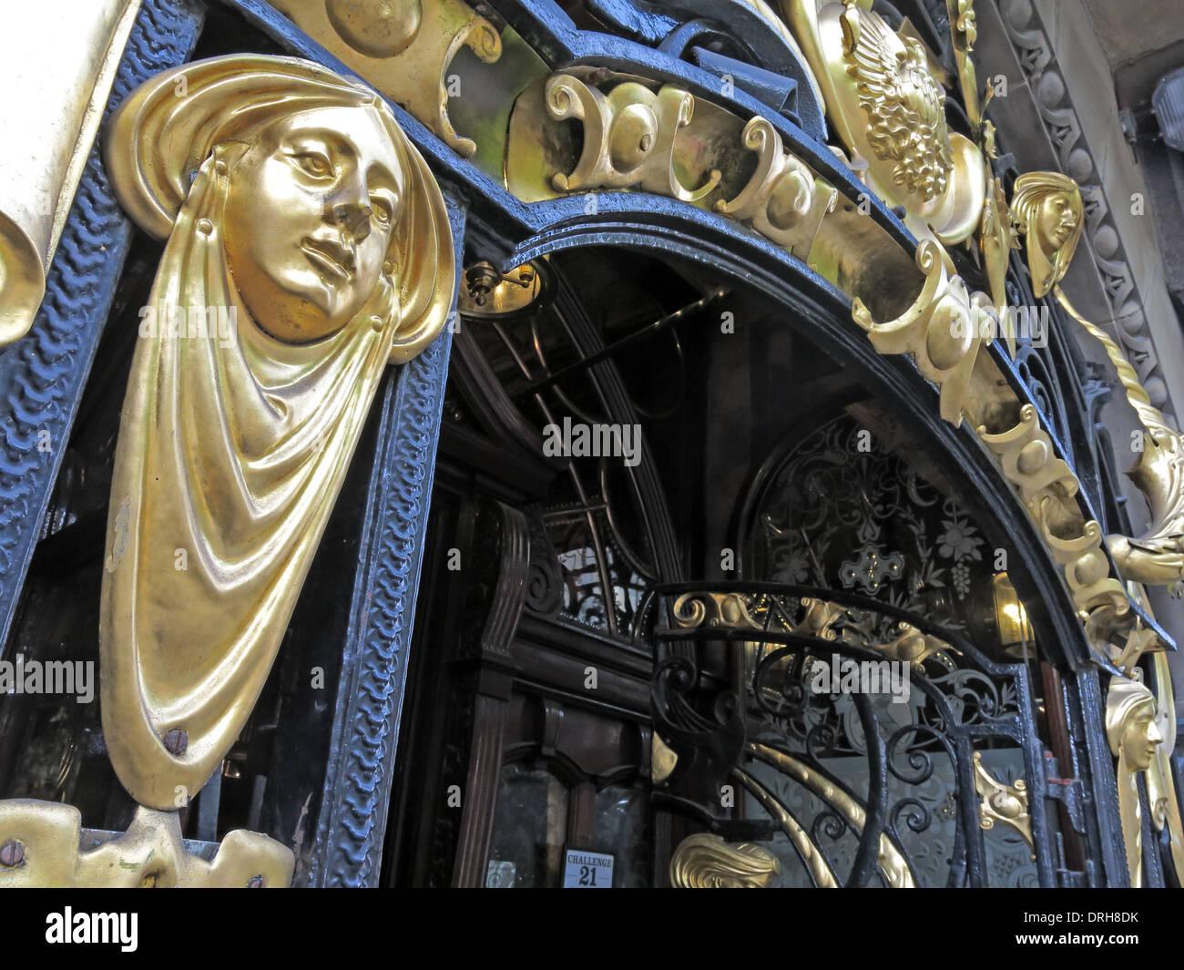 Laden Sie dieses Alamy Stockfoto Reich verzierte gold Eingang die Philharmoniker Speisesäle im Hope St, Liverpool, England UK - DRH8DK
