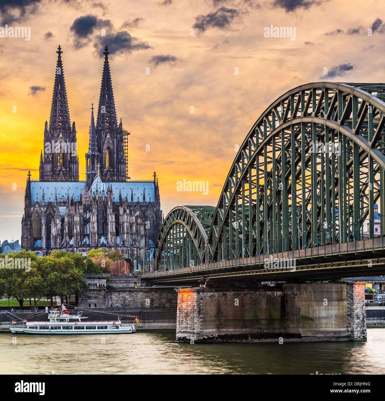 Köln am Dom und Brücke über den Rhein. Stockbild