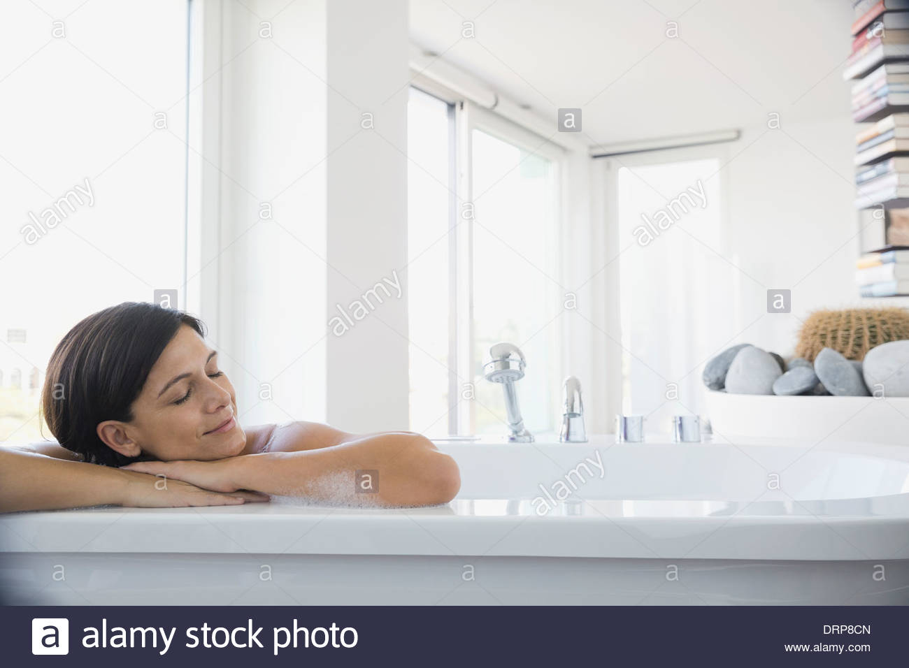 Frau genießt Schaumbad Stockbild