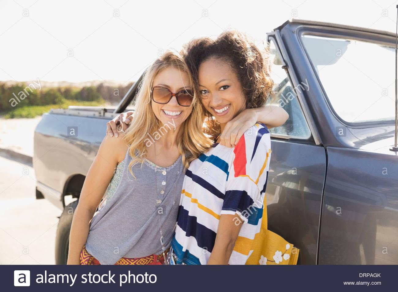Porträt von Freundinnen stehend mit einem Off-Road-Fahrzeug Stockbild