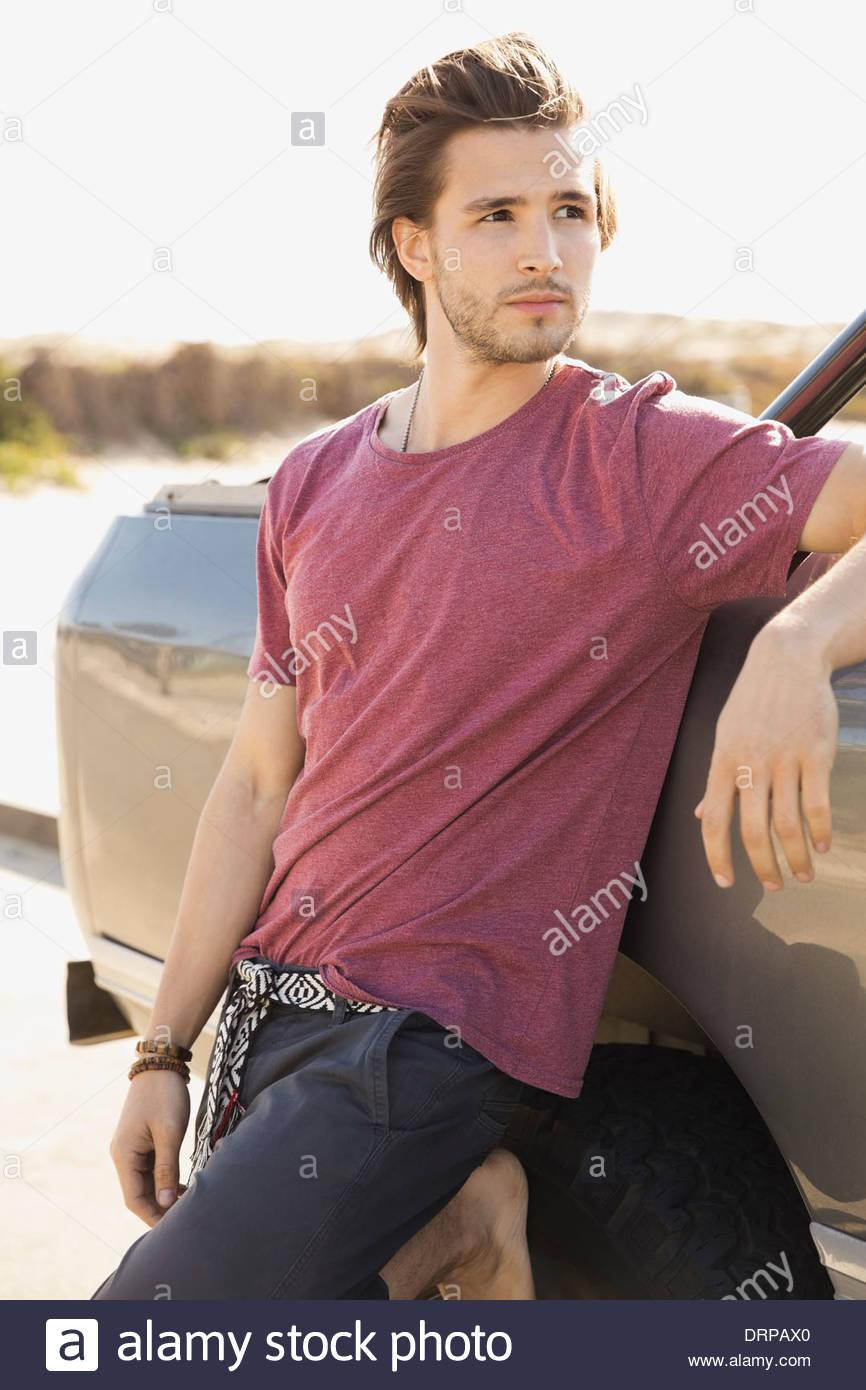 Mann gelehnt Fahrzeug Stockbild