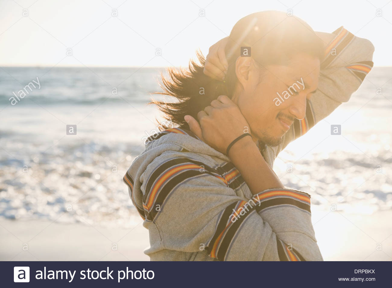 Lächelnder Mann stand in der Nähe des Ozeans Stockbild
