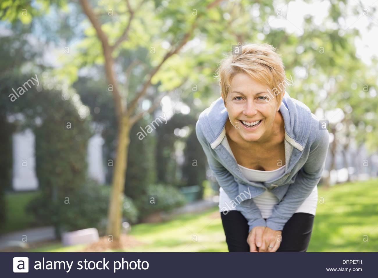 Porträt der stets gut gelaunte Frau im park Stockbild