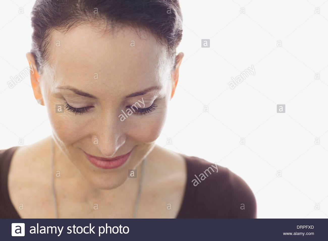 Nahaufnahme von Frau blickte auf weißen Hintergrund Stockbild