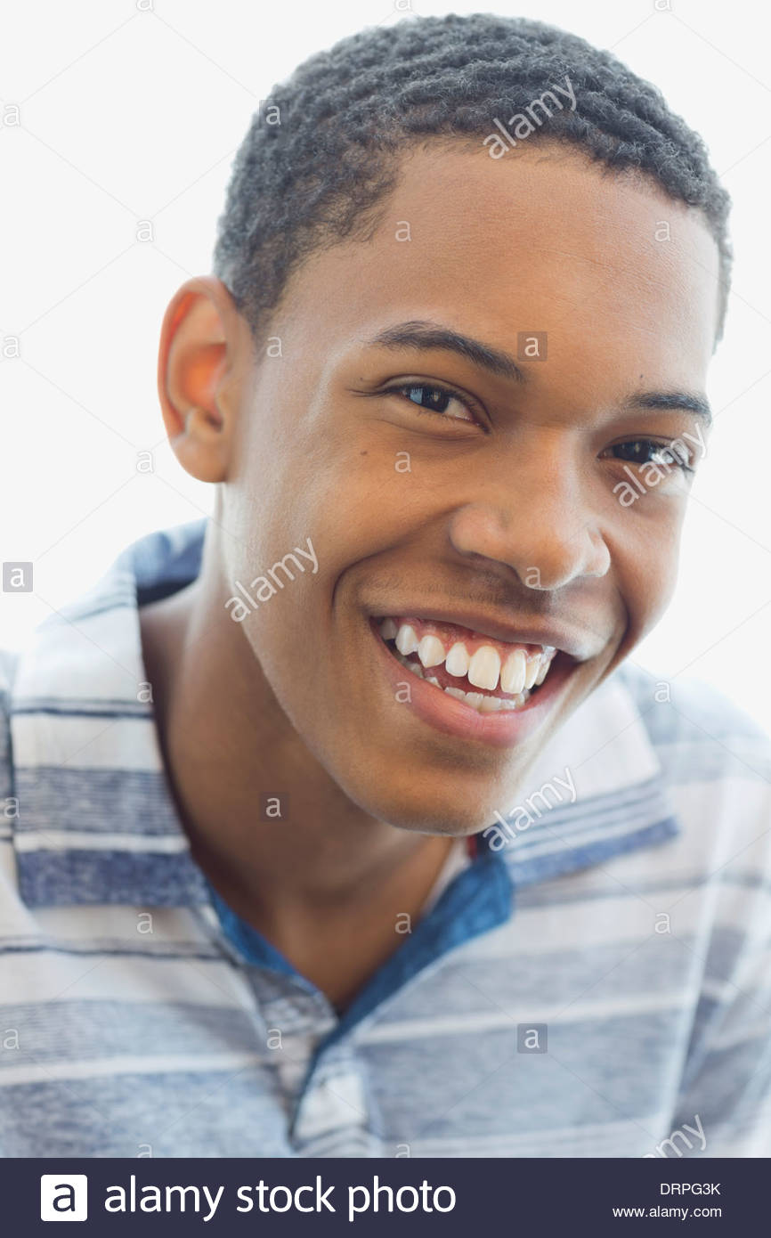 Close-up Portrait von Teen vor weißem Hintergrund Stockbild