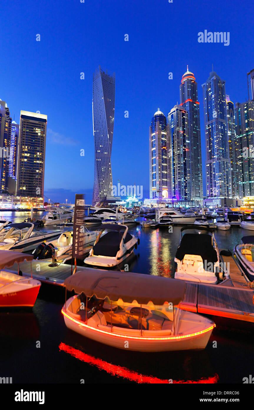 Dubai Marina bei Nacht. Stockbild