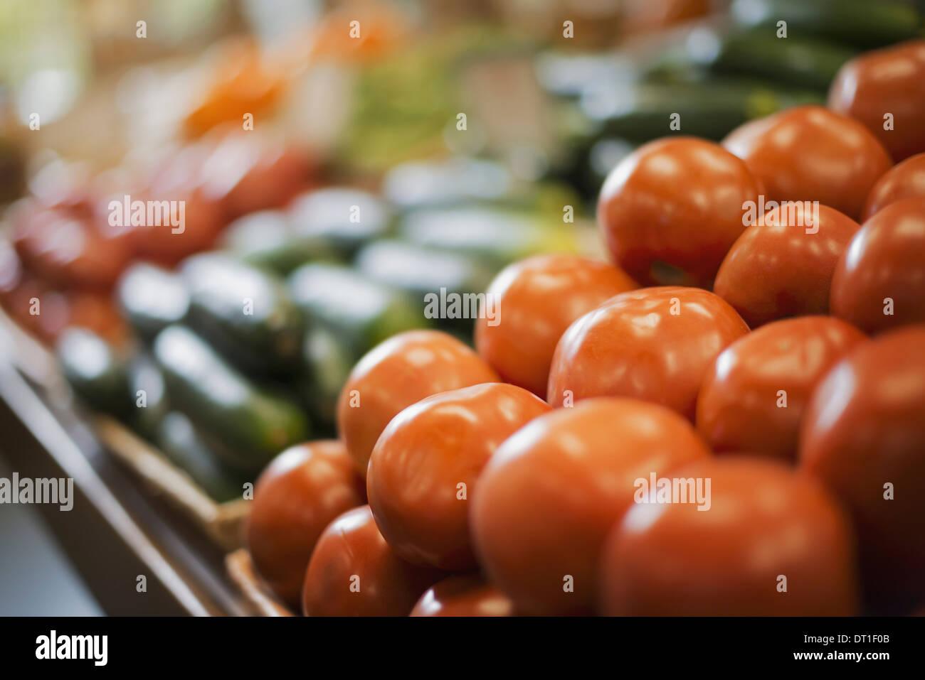 Ein Bauernhof Stand anzeigen, frische Tomaten und Gurken Stockbild