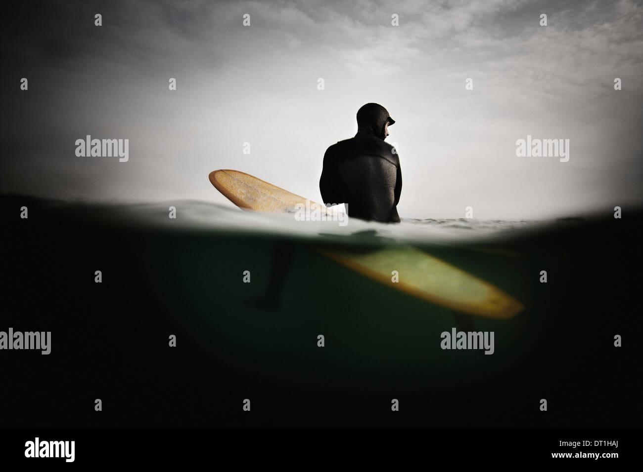 Surfer auf Surfbrett Vorwegnahme Welle Stockbild