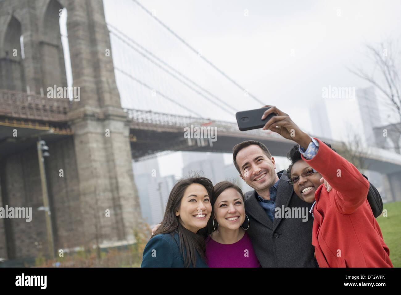 New York City The Brooklyn Bridge Crossing über den East River vier Freunde, die Aufnahme eines Bildes mit Stockbild