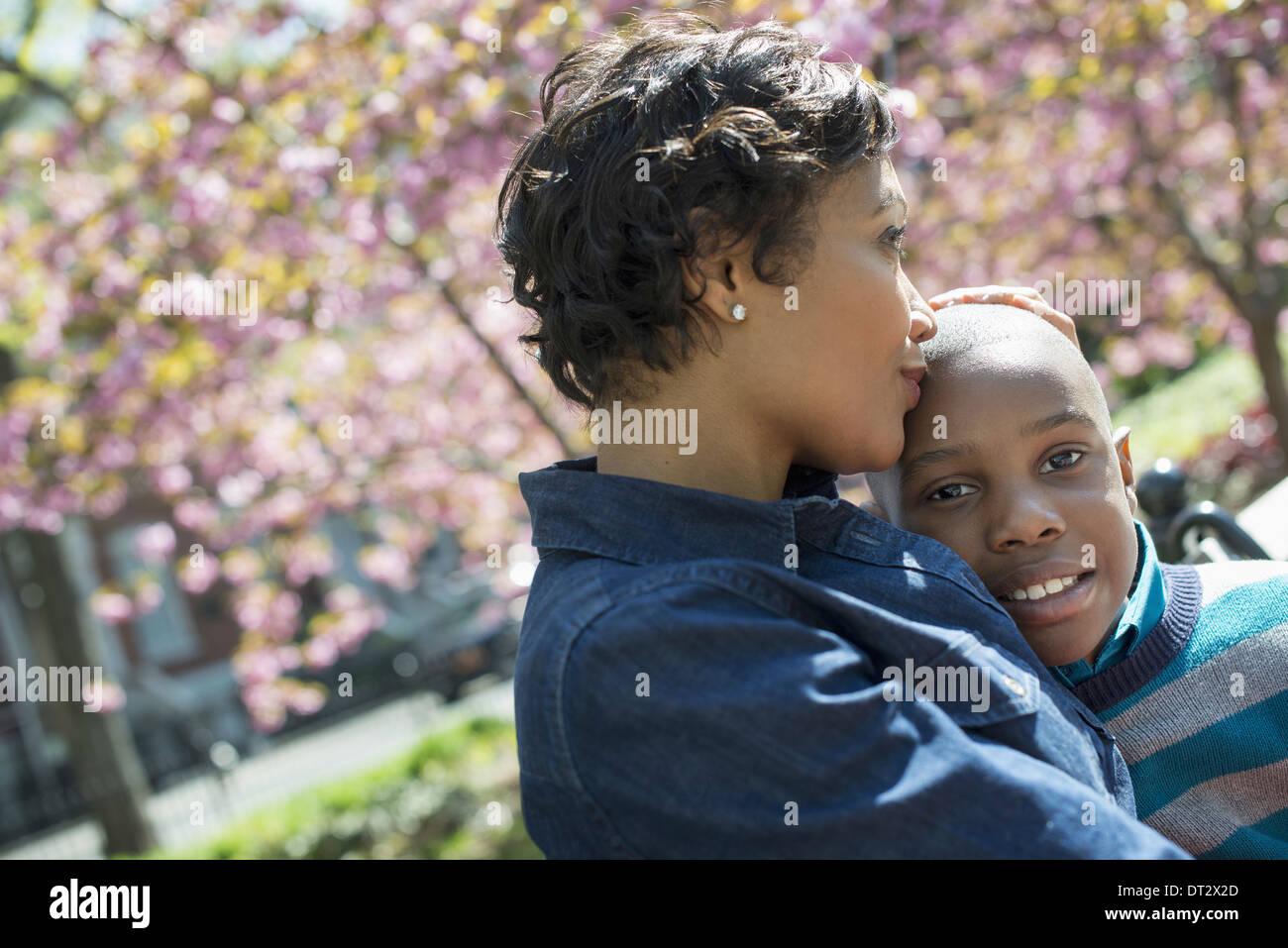 Sonnenschein und Kirschen blühen, Mutter und Sohn Zeit miteinander zu verbringen Stockbild