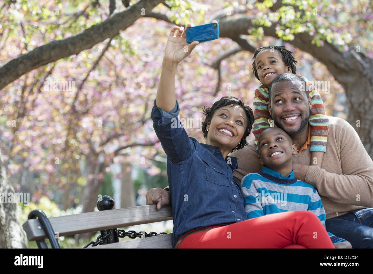 Kirschblüte A Frau selfy fotografieren mit ihrem Smartphone ihrer Familie Stockbild