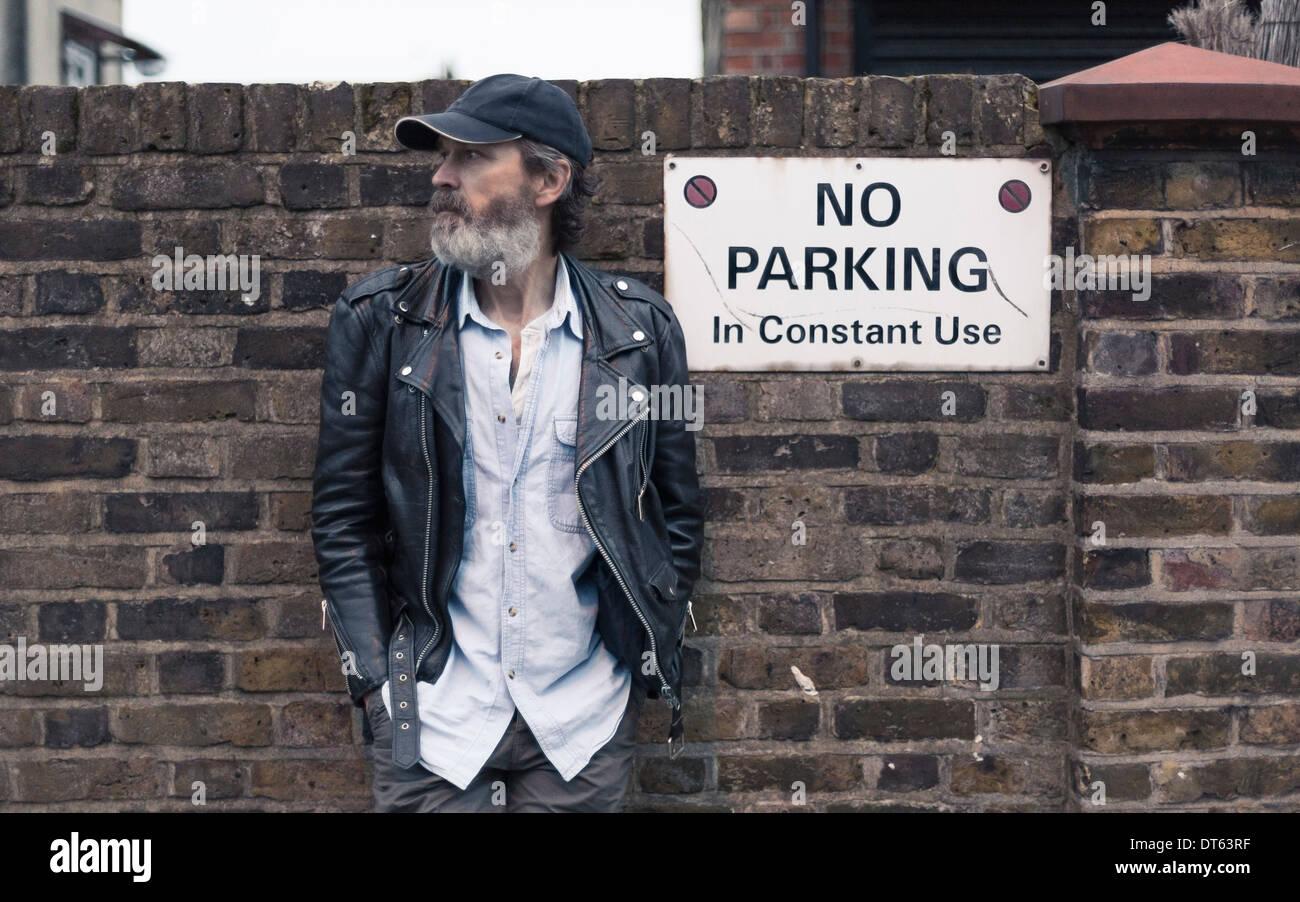 Reifer Mann durch keine Parkplatz-Schild an Wand Stockbild